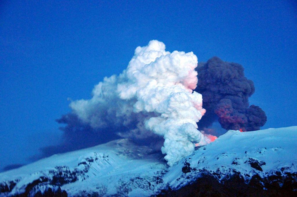 Title: Eyjafjallajökull plumes | Author: anjči